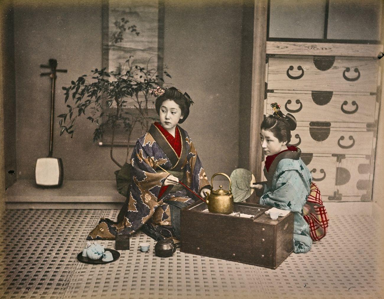 Due samurai riconoscibili dalla doppia spada al fianco, 1870-1880, stampa all'albumina dipinta a mano, © Archivi Alinari, Firenze