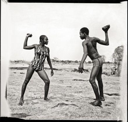 Malick Sidibé, Combat des amis avec pierres au bord du Niger, 1976. Collection Fondation Cartier pour l'art contemporain, Paris © Malick Sidibé
