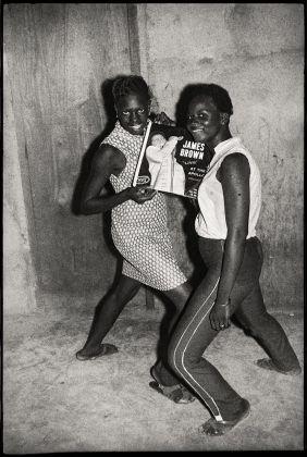 Malick Sidibé, Fans de James Brown, 1965. Collection Fondation Cartier pour l'art contemporain, Paris © Malick Sidibé