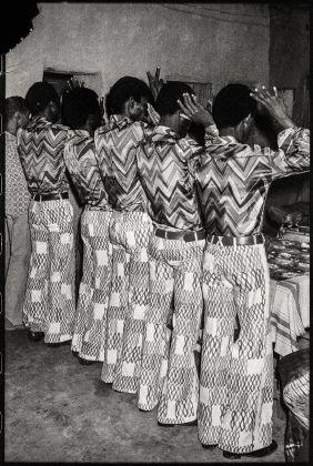 Malick Sidibé, Les amis dans la même tenue, 1972. Courtesy CAAC – The Pigozzi Collection, Genève © Malick Sidibé