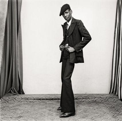Malick Sidibé, Un gentleman en position, 1980. Courtesy Galerie MAGNIN A, Paris © Malick Sidibé