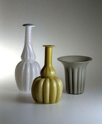 Omaggio a Morandi. Bottiglie e vaso in vetro bianco opaco, lattimo e in vetro color avorio. Manifattura VeArt, disegno Mario Ticcò, 1983 84. Courtesy MUVE, Venezia