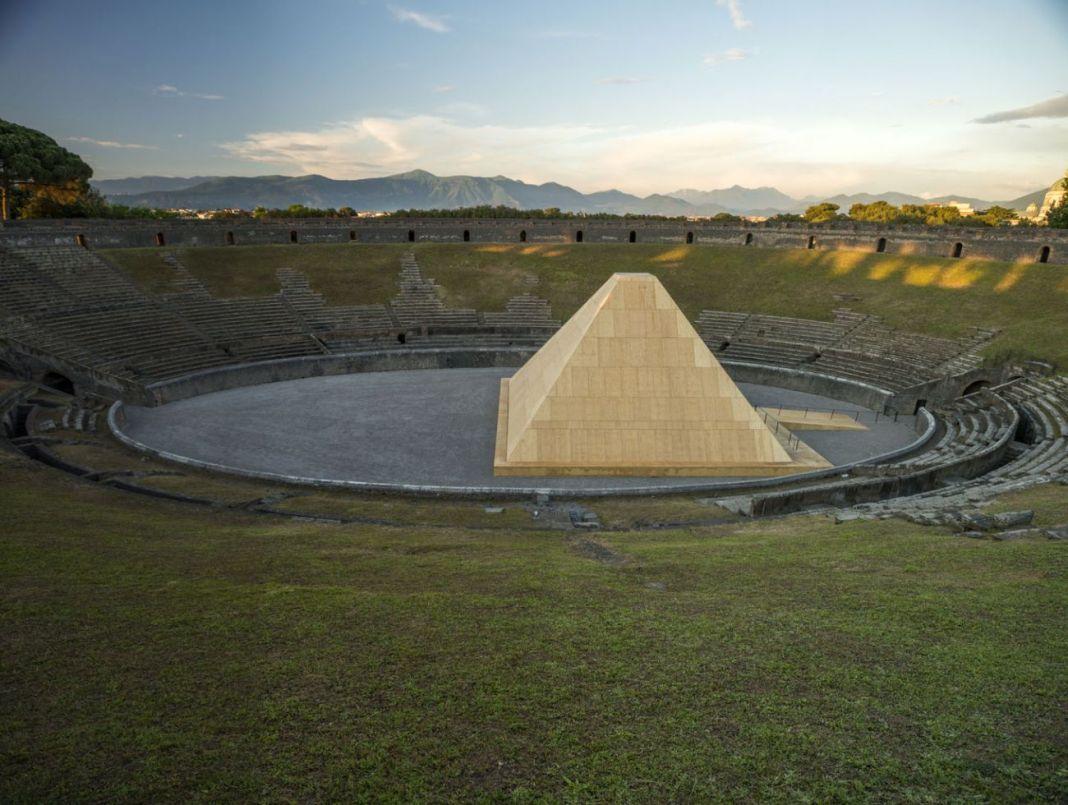 Pompei e l'Europa. 1748-1943. Anfiteatro di Pompei, 2015. Veduta dell'allestimento di Francesco Venezia