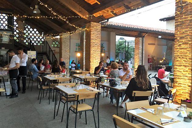 Area ristorante nel cortile di Cascina Torrette © Caterina Zanzi
