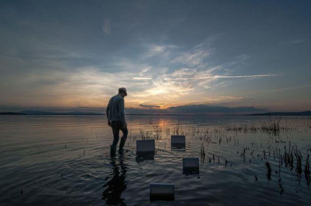 Roberto Ghezzi. Installazione ambientale sul Lago Trasimeno, Perugia