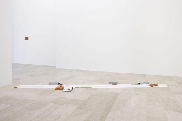 Rodrigo Hernández con Rita Ponce de León. Stelo. Installation view at P420, Bologna 2017. Photo C. Favero
