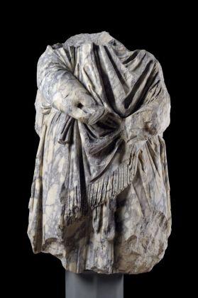 Statua frammentaria di dace in marmo pavonazzetto dal Foro di Traiano. Museo dei Fori Imperiali © Roma, Sovrintendenza Capitolina ai Beni Culturali
