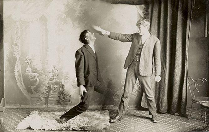 """Un uomo cerca di controllare il soggetto per mezzo dell'ipnosi, utilizzando lo stesso gesto di Mesmer per """"controllare"""" il magnetismo animale del suo paziente, XIX sec. Collezione Tony Oursler"""