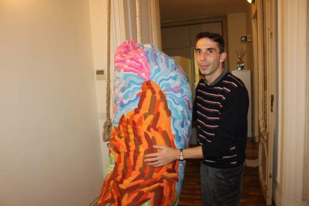 Matteo Nasini con l'opera vincitrice de L'Arte che Accadrà 2017