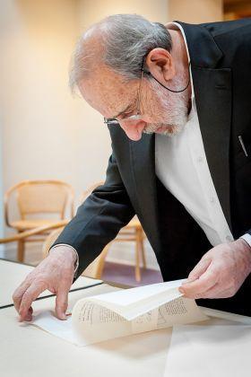 Álvaro Siza consulta gli archivi della collezione del Canadian Centre for Architecture (2015). © CCA
