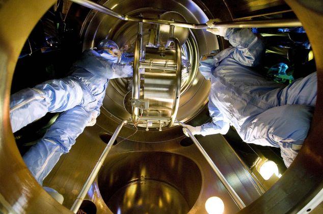 Al lavoro su uno degli specchi del rivelatore di onde gravitazionali Virgo nel laboratorio EGO (European Gravitational Observatory) dell'INFN e del CNRS francese, che si trova a Cascina (Pisa) ©INFN, Photo Simone Schiavon