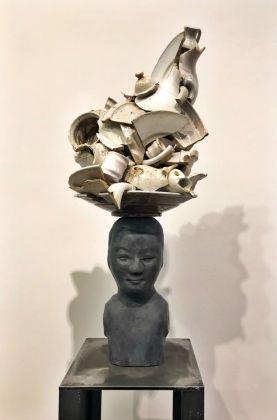 Bouke de Vries, Bust with white delft, busto in bronzo e frammenti di ceramiche di Delft, 2017. Photo Giulia Kimberly Colombo