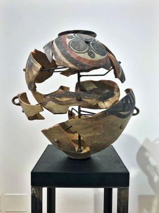 Bouke de Vries, Deconstructed neolothic jar, vaso neolitico di provenienza cinese in terracotta, 2017. Photo Giulia Kimberly Colombo