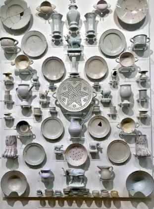 Bouke de Vries, The Wall 2, frammenti archeologici bianchi di Delft del periodo XVIII e XVII secolo olandese, 2017. Photo Giulia Kimberly Colombo