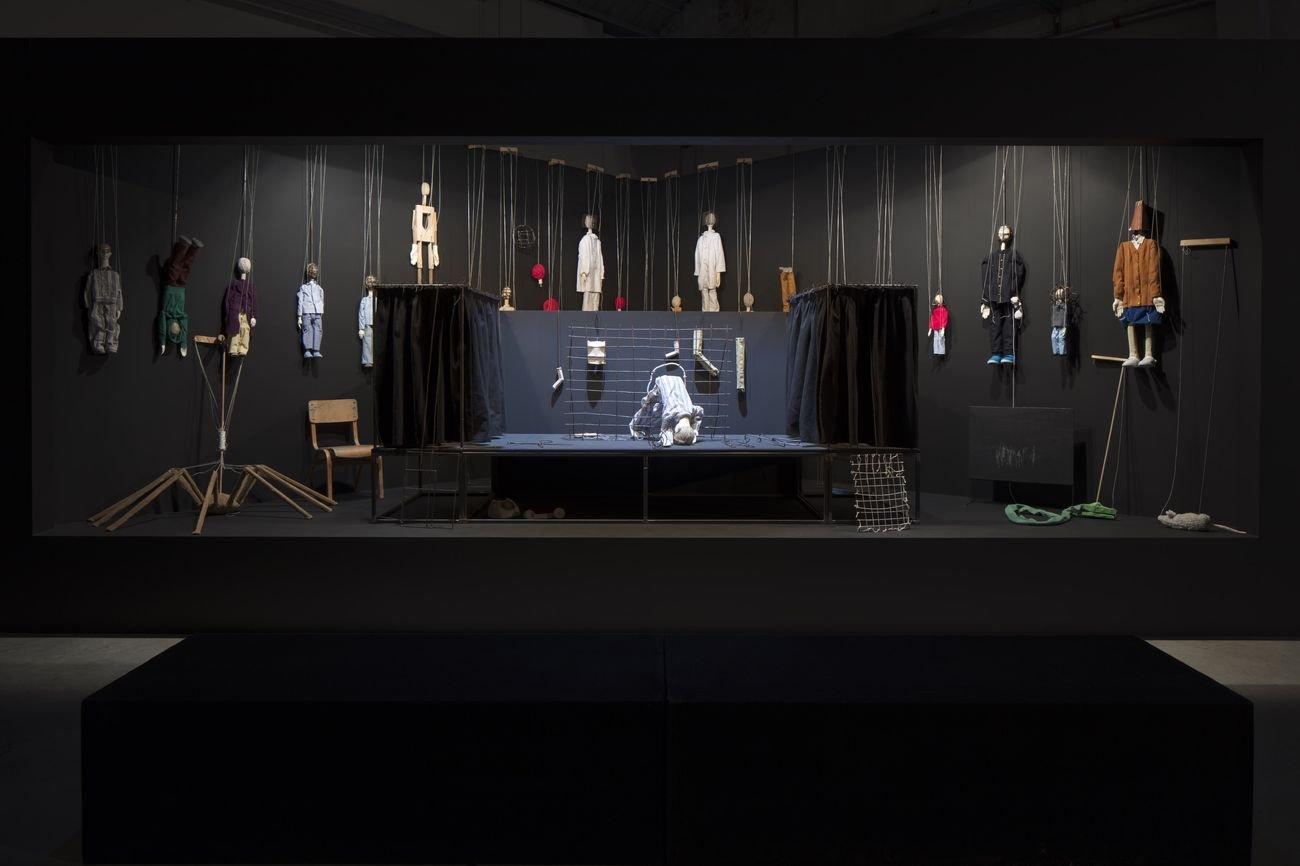 Eva Kot'átková, Cutting the Puppeteer's Strings with Paper Teeth, 2016. Installation view at Pirelli HangarBicocca, Milano 2018. Kunstmuseum Krefeld Collection. Courtesy dell'artista e Pirelli HangarBicocca, Milano. Photo Agostino Osio