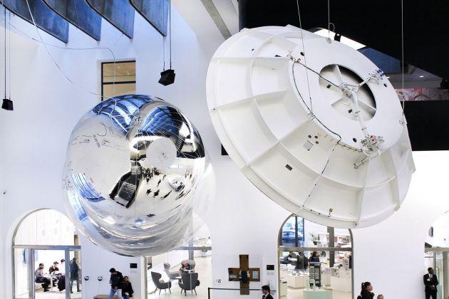 Gravity. Immaginare l'Universo dopo Einstein. Installation view at MAXXI, Roma 2017. Aeroke di Tomás Saraceno e Modello dell'Antenna Cassini. Photo Cecilia Fiorenza, courtesy Fondazione MAXXI