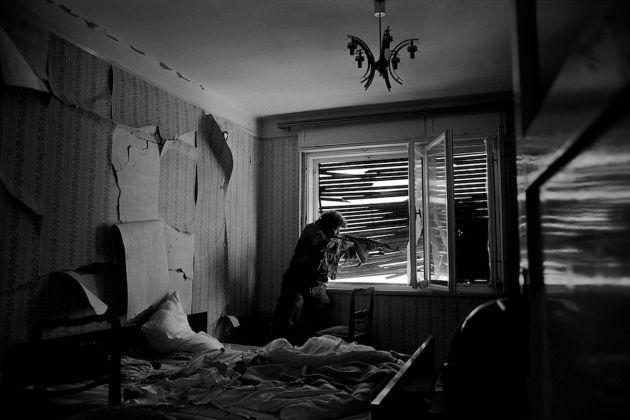 La battaglia per il controllo di Mostar è avvenuta di casa in casa, di stanza in stanza, tra vicini. Una camera da letto è diventata un campo di battaglia. Bosnia-Erzegovina, Mostar, 1993 © James Nachtwey/Contrasto