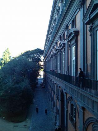 La stretta balconata che porta alla Biblioteca Nazionale Vittorio Emanuele III di Napoli