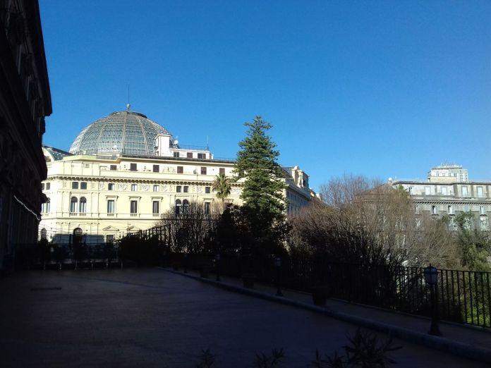 La terrazza che porta alla Biblioteca Nazionale Vittorio Emanuele III di Napoli
