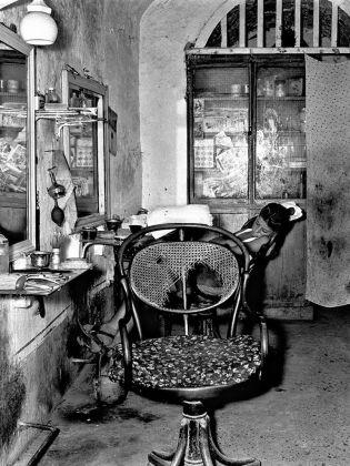 Nino Migliori, Il garzone del barbiere, 1956, Série « Gente del Sud » , © Fondazione Nino Migliori, Bologna, Italie