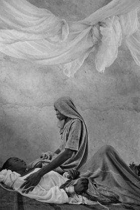 Una madre veglia sul figlio. Sudan, Darfur, 2003 © James Nachtwey/Contrasto