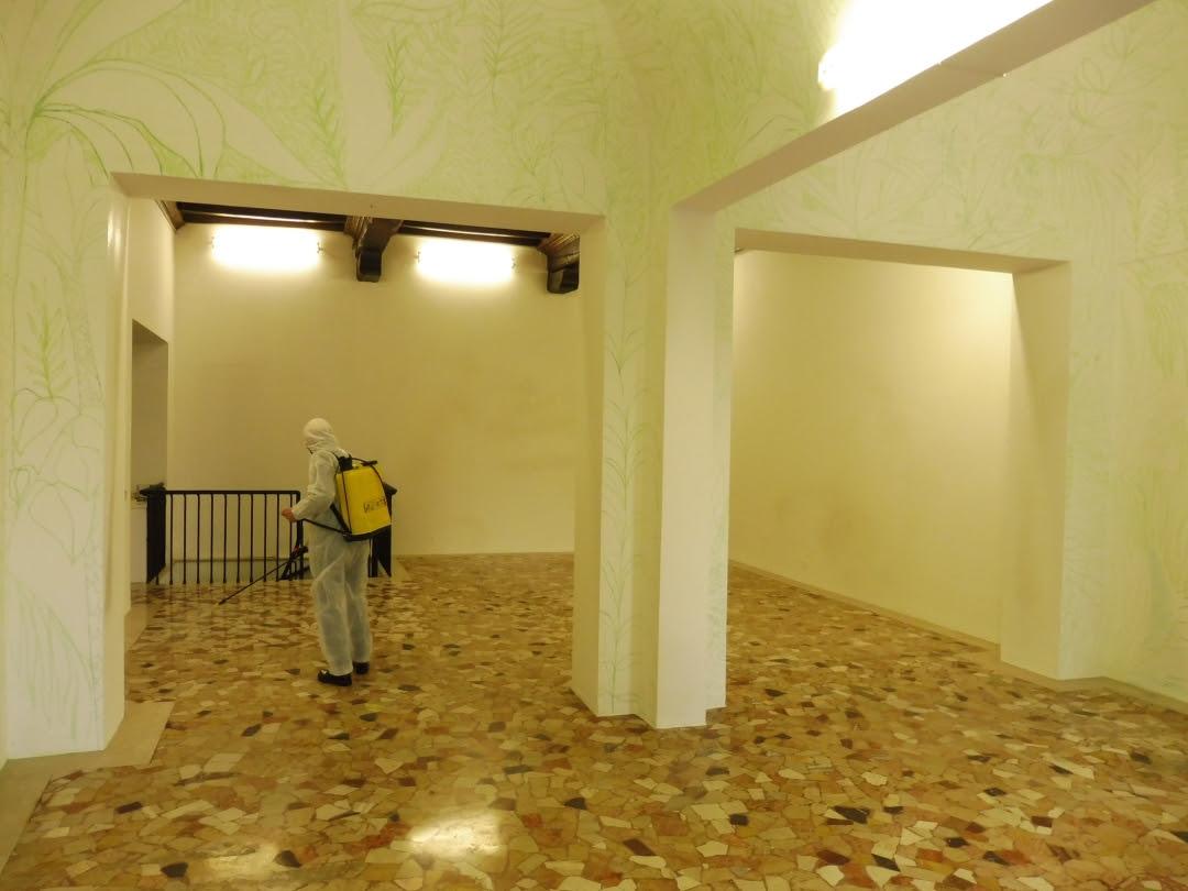 Lino Baldini intento a disinfestare gli spazi di Placentia Arte
