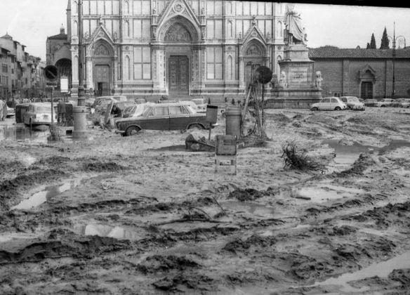 Gian Piero Frassinelli, Piazza Santa Croce il giorno successivo all'Alluvione, Firenze 1966, Courtesy l'autore