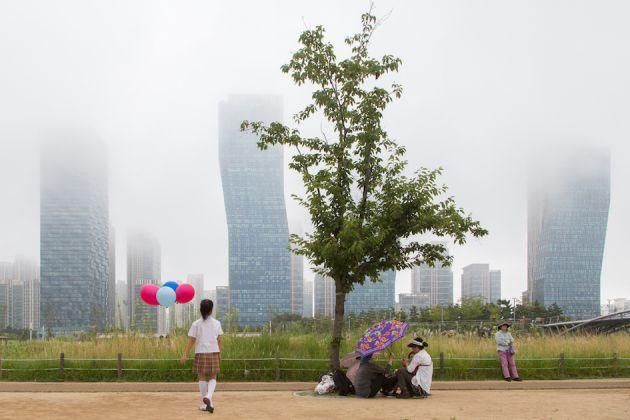 STEPHANIE BURET – Futuristic Utopia. Songdo, Corea del Sud, è il simbolo del nostro anelito a Madre Natura, della nostra tirrania del benessere a della nostra ossessione della ultra-sicurezza sotto la dittatura digitale. © Stephanie Buret