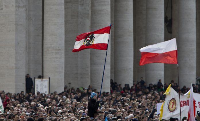 La folla dei fedeli durante l'Ultimo Angelus di Papa Benedetto XVI, 2013, Courtesy Archivio ANSA