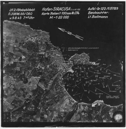 Foto aerea dello sbarco degli alleati presso la costa di Siracusa scattata dall'aviazione tedesca, Courtesy ICCD - Istituto Centrale per il Catalogo e la Documentazione, MiBACT - Aerofototeca Nazionale, Fondo LW, volo su Siracusa del 1943