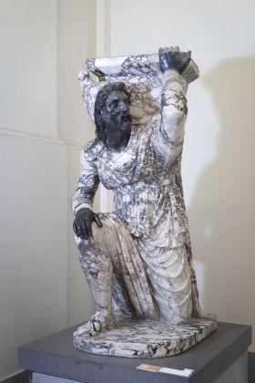 Statua di Barbaro inginocchiato, dagli Orti Farnesiani, Napoli, Museo Archeologico Nazionale © ph Claudio Sabatino