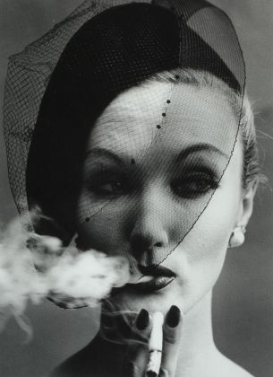 William Klein, Smoke+Veil, 1960, stampa ai sali d'argento, cm 50 x 40, Courtesy: ©William Klein/Courtesy Contrasto Galleria Milano