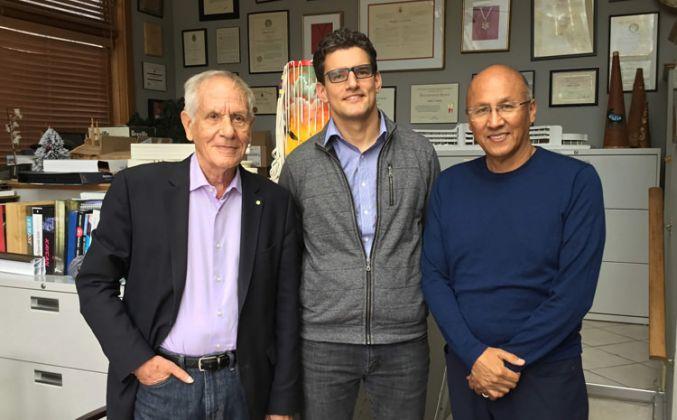 Il team curatoriale di UNCEDED: il curatore Douglas Cardinal, con i co-curatori David Fortin e Gerald McMasterPhoto: Courtesy of Douglas Cardi