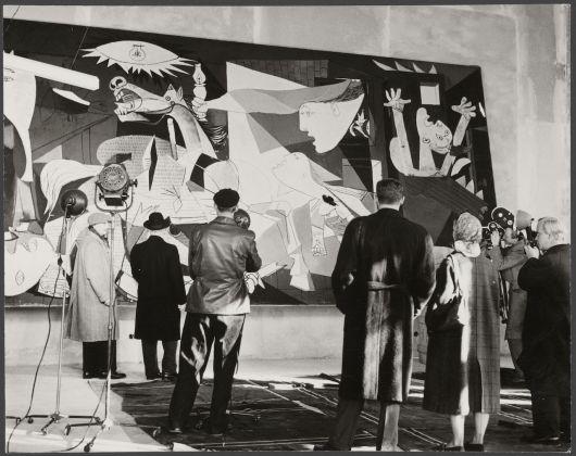 """Kary H. Lasch, Huile sur toile """"Guernica"""" lors de l'exposition """"Guernica"""" au Nationalmuseum, Stockholm, en octobre-décembre 1956, 1956, épreuve gélatino-argentique, 17 x 21,7 cm, Musée national Picasso-Paris, APPH13672 © RMN-Grand Palais / image RMN-GP ©Sucession Picasso 2018"""