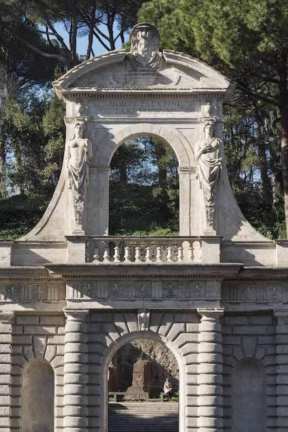 Il portale degli Orti Farnesiani rimontato su via di San Gregorio e ingresso attuale al parco archeologico del Palatino (fotografia di Stefano Castellani)