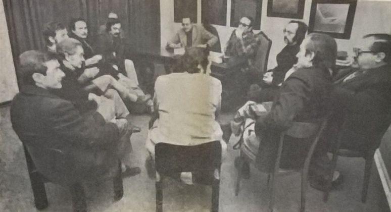 """Artisti abruzzesi alla galleria """"Il Quadrivio"""" per il dibattito condotto dal critico Carlo Melloni. Gazzetta di Pescara, 11 marzo 1973. Photo G. Jammarrone, courtesy P. Jammarrone"""