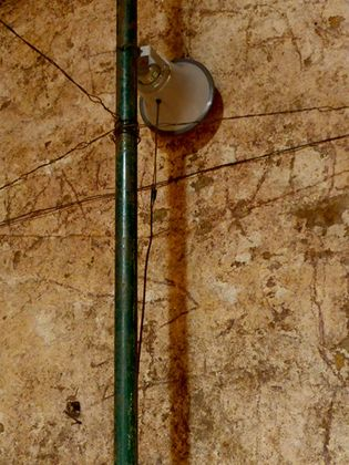 Arturo Hernández Alcázar, Blind Horizon, 2018. Acquedotto Augusteo del Serino, dettaglio dell'installazione
