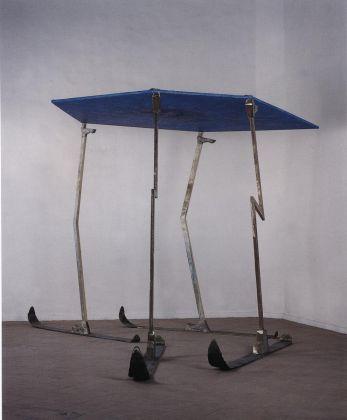 Renato Ranalsi Bilico celeste, 1988 Biennale di Venezia. Tela e bronzo, altezza 250 cm