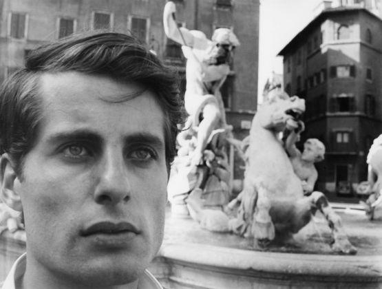 Cesare Tacchi a Piazza Navona, Roma 1964. Photo Renato Mambor