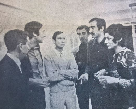Da destra, la sig.ra Papola, il pittore Visca, il pittore Carnemolla, il giornalista Rubini, il pittore Papola e un visitatore. Gazzetta di Pescara, 10 gennaio 1971