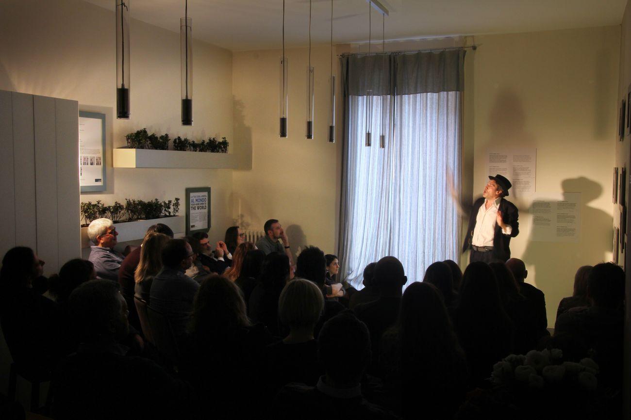 Emanuele Arrigazzi in Groppi d'amore nella scuraglia di Tiziano Scarpa. Appartamento Lago, Brera, Milano 2018