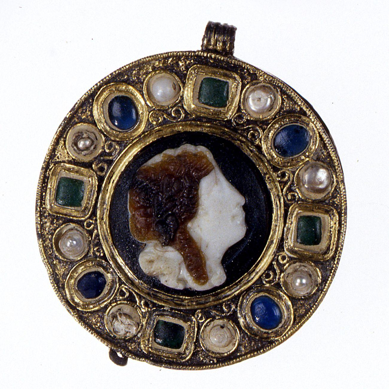 Fibula con cammeo dalla necropoli longobarda di Spilamberto. Deposito archeologico di Spilamberto