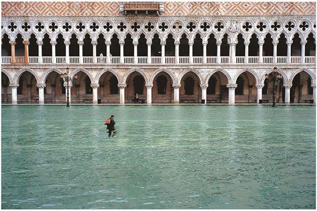 Fulvio Roiter, Acqua alta in Piazzetta San Marco, 2002 © Fondazione Fulvio Roiter
