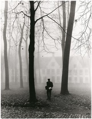 Fulvio Roiter, Bruges (Belgio), Il beguinage, 1960 © Fondazione Fulvio Roiter