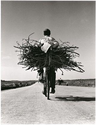 Fulvio Roiter, Sicilia, Sulla strada Gela Niscemi, 1953 © Fondazione Fulvio Roiter