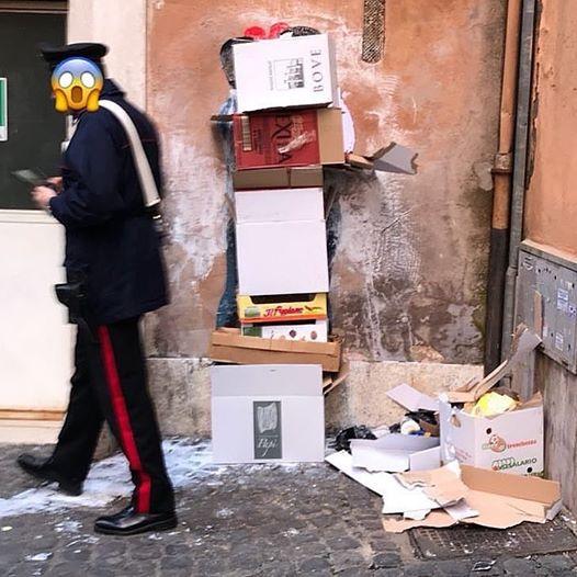Il bacio tra Di Maio e Salvini coperto da una pila di scatoloni