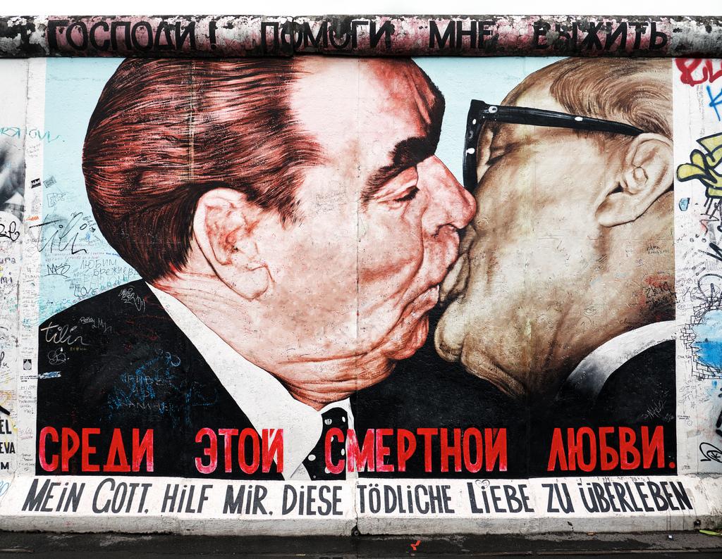 Il bacio tra Erich Honecker e Leonid Brezhnev dipinto sul muro di Berlino