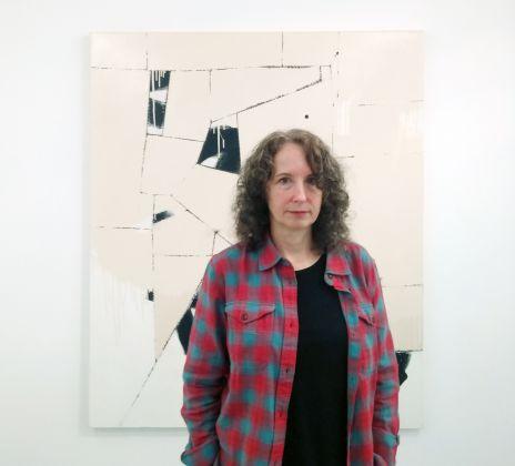 L'artista Sally Ross alla Collezione Maramotti, Reggio Emilia 2018. Sullo sfondo l'opera Holy Roller, 2013. Photo Daniele Perra