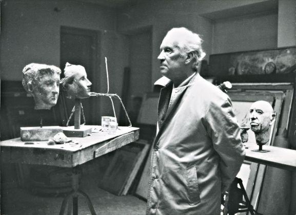 Marino Marini davanti ai ritratti di Marina e Anita. Fondazione Marini Marini, Pistoia