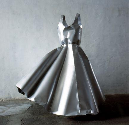 Susy Gomez Vestido 1998 1999 painted steel